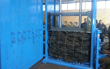 Large filling chamber for easy loading, rear bale discharge